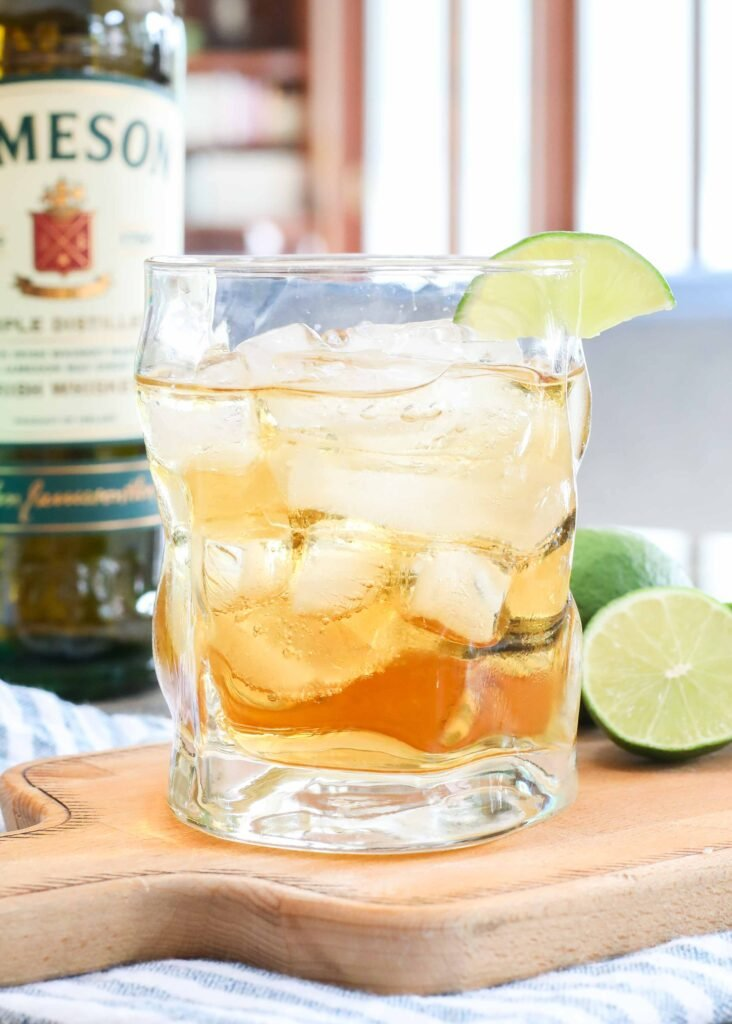 Jameson whiskey + ginger ale + lime = a classic cocktail that's perfect for summer.